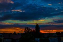 Paysage de nuit, dans la perspective de la ville et des arbres au coucher du soleil nature photographie stock libre de droits