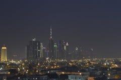 Paysage de nuit dans le bureau Dubaï Photos stock
