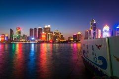 Paysage de nuit de baie de Fushan de Qingdao Image stock