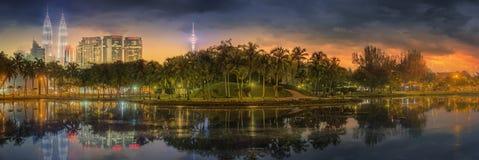 Paysage de nuit de Kuala Lumpur, le palais de la culture Photographie stock libre de droits