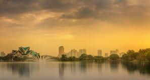 Paysage de nuit de Kuala Lumpur, le palais de la culture Photo stock