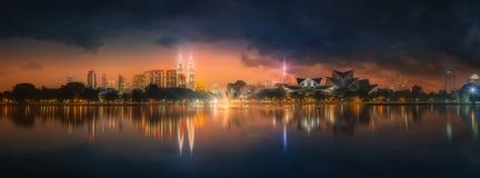Paysage de nuit de Kuala Lumpur, le palais de la culture Photographie stock