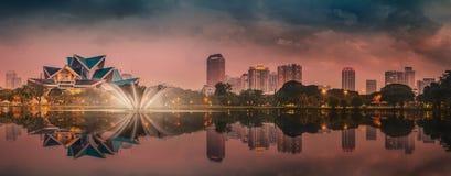 Paysage de nuit de Kuala Lumpur, le palais de la culture Images stock