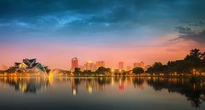 Paysage de nuit de Kuala Lumpur, le palais de la culture Photos stock