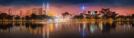 Paysage de nuit de Kuala Lumpur, le palais de la culture Image stock