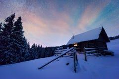 Paysage de nuit rougeoyant par manière laiteuse Photographie stock libre de droits