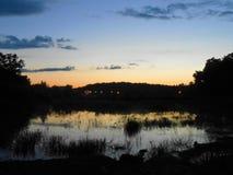 Paysage de nuit sur l'eau photos stock