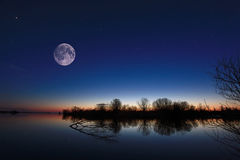 Paysage de nuit sur la rivière image libre de droits