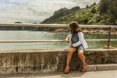 Paysage de observation de fille de vue arrière se reposant dans la balustrade Photographie stock