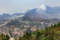 Paysage de PA de SA avec la ville, les montagnes, le brouillard et les arbres la vue de ci-dessus de Sam Bay Cloud Yard en été ch photo libre de droits