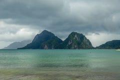 Paysage de Palawan, EL Nido Îles d'océan et de roche à l'arrière-plan Ciel orageux nuageux après taifun philippines photographie stock