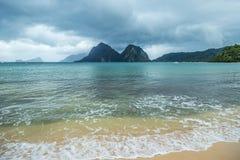 Paysage de Palawan, EL Nido Îles d'océan et de roche à l'arrière-plan Ciel orageux nuageux après taifun philippines images stock
