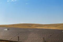Paysage de panneau de pile solaire sur la colline image libre de droits