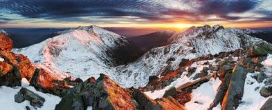Paysage de panorama de montagne d'hiver - coucher du soleil, Slovaquie image libre de droits