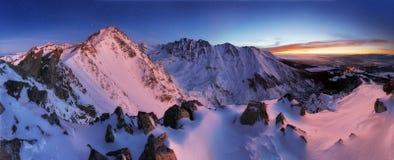 Paysage de panorama de montagne d'hiver la nuit, Slovaquie Tatras Images libres de droits