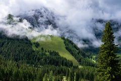 Paysage de panorama en Bavière avec des montagnes d'alpes et pré au ressort image libre de droits