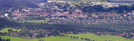 Paysage de panorama en Bavière avec la ville allemande Fuessen photos libres de droits