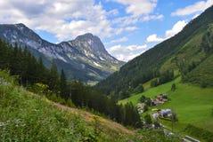 Paysage de panorama de montagne - crête de montagne avec nuageux, beau temps photographie stock