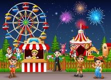 Paysage de parc d'attractions la nuit avec des feux d'artifice Photos stock