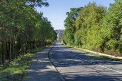 Paysage de parc par la rivière de Beli Lom à la ville de Razgrad avec la vue de la ville Photographie stock libre de droits