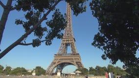 Paysage de Paris avec l'image de Tour Eiffel du côté de la Seine banque de vidéos
