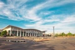Paysage de parking de ciel bleu et de hall de convention images stock