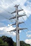 Paysage de pays avec le pylône en métal de ligne électrique Image libre de droits