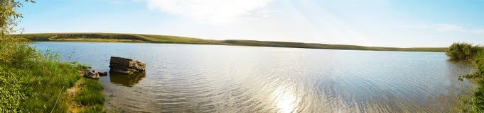 Paysage de pelouse communale d'été avec les collines, le lac et les vignobles Photographie stock