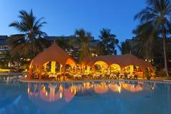 Paysage de piscine la nuit, éditorial Photo stock
