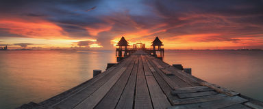 Paysage de pont boisé dans le temple thaïlandais Photographie stock