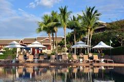 Paysage de Poolside dans Ritz-Carlton Sanya, baie de Yalong Image stock