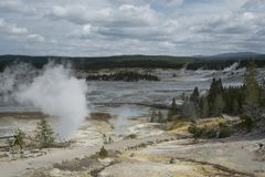 Paysage de porcelaine de Norris Geyser Basin en parc national de Yellowstone Photographie stock