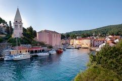 Paysage de port et d'église au losinj de Veli Photographie stock