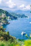 Paysage de Portofino, vue ? partir de dessus aux bateaux sur l'eau, maisons color?es et villas, pentes des montagnes dans Portofi photographie stock libre de droits