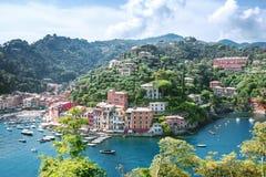 Paysage de Portofino, vue à partir de dessus aux bateaux sur l'eau, maisons colorées et villas, pentes des montagnes dans la vill image stock