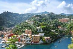 Paysage de Portofino, vue à partir de dessus aux bateaux sur l'eau, maisons colorées et villas, pentes des montagnes dans la vill photos stock