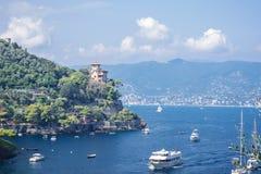 Paysage de Portofino, vue aux bateaux sur l'eau, maisons color?es et villas, pentes des montagnes dans Portofino de l'Italie images stock