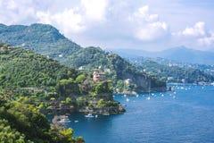 Paysage de Portofino, vue aux bateaux sur l'eau, maisons color?es et villas, pentes des montagnes dans Portofino de l'Italie photographie stock libre de droits