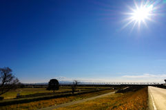 Paysage de pré, pont de chemin de fer et ciel ensoleillé image stock
