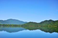Paysage de réservoir et de montagne Image stock