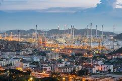 Paysage de raffinerie de pétrole au crépuscule dramatique Photos libres de droits