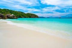 Paysage de relaxation de lumière du jour du soleil de sable de ciel bleu de plage de mer Photos stock