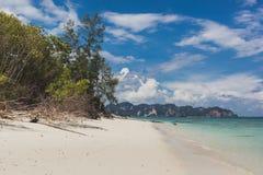 Paysage de relaxation de lumière du jour du soleil de sable de ciel bleu de plage de mer, Phuke images libres de droits