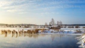 Paysage de ressort au lac avec des roseaux et un belvédère Russie, les Monts Oural photographie stock libre de droits