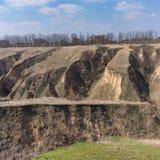 Paysage de ressort avec l'érosion du sol dans les périphéries de la ville de Dnipro, Ukraine photographie stock libre de droits