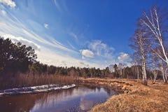 Paysage de ressort avec la rivière et le ciel bleu Photographie stock libre de droits