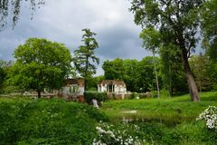 Paysage de ressort avec les ruines, l'étang et la cascade de pavillon Parc Oleksandriya dans Bila Tserkva, Ukraine Photo stock