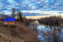 Paysage de ressort, bain avec le toit bleu Photographie stock libre de droits