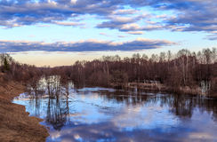 Paysage de ressort, ciel, nuages, la rivière en crue Image libre de droits