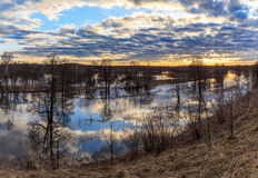 Paysage de ressort, coucher du soleil au-dessus de la rivière gonflée Photos libres de droits